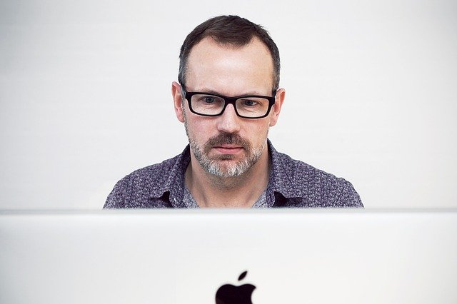 muž za notebookem