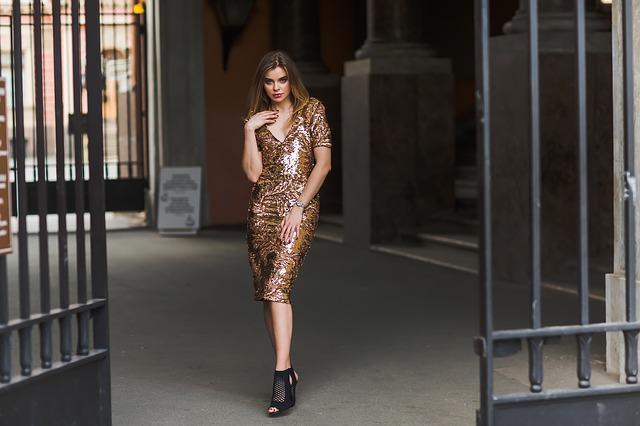 Modely z půjčovny společenských šatů si rezervujte včas