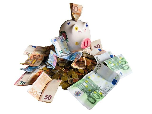 pokladnička na hromadě peněz